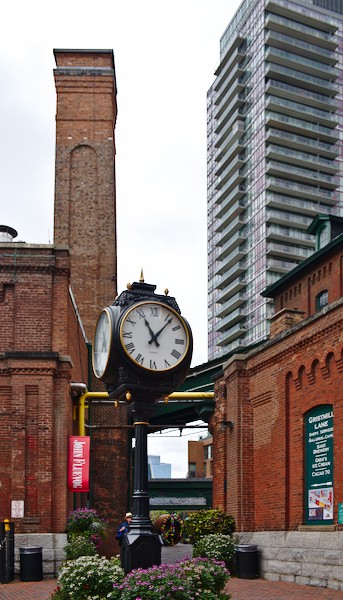 Detail Distillery District mit Turmuhr
